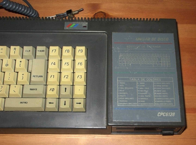 façade avant de l'Amstrad CPC 6128 et switch