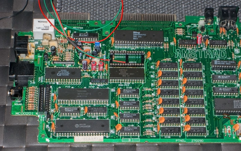 condensateurs et puce 40015 réinstallés sur la carte mère de l'Amstrad CPC 6128