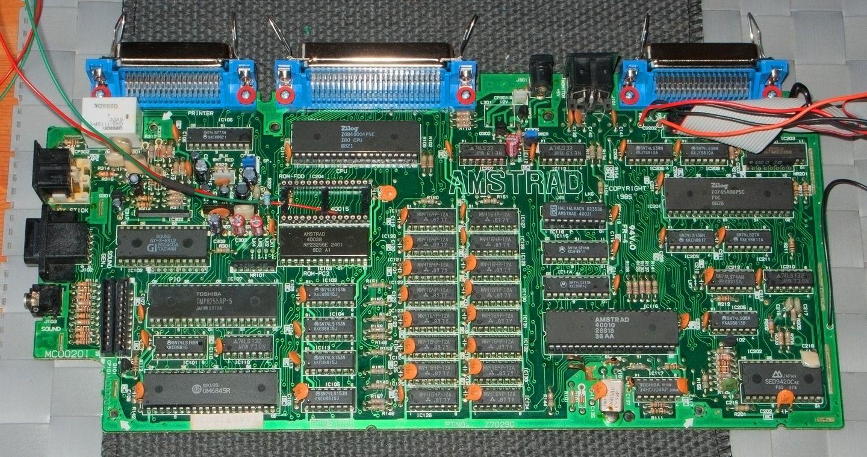 ports centronics rajoutés sur la carte mère de l'Amstrad CPC 6128